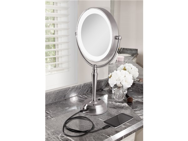 Vanity Light with USB Port: Zadro
